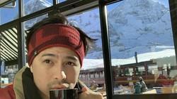 Serunya Erick Iskandar saat Nikmati Kopi di Tengah Hamparan Salju