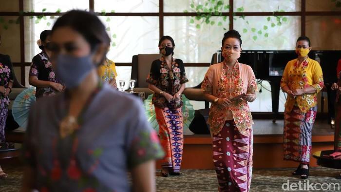 Fashion show yang menampilkan kebaya encim dan batik Betawi digelar secara virtual di Hotel Borobudur, Jakarta. Begini lenggak-lenggok model memamerkan busananya.