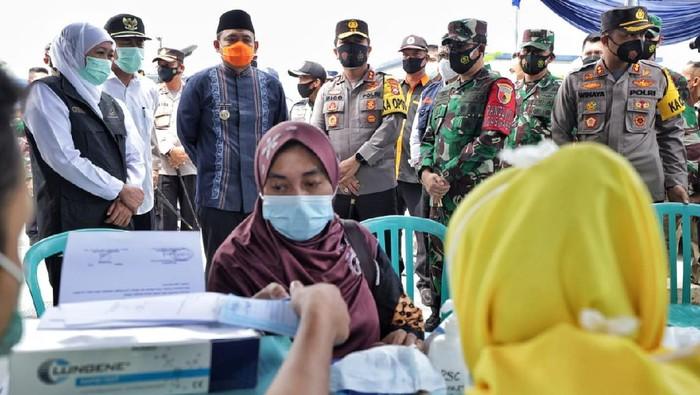 Forkopimda Jawa Timur, meninjau vaksinasi massal ini dilaksanakan di Pendopo Agung Keraton, Kabupaten Sumenep, Madura.