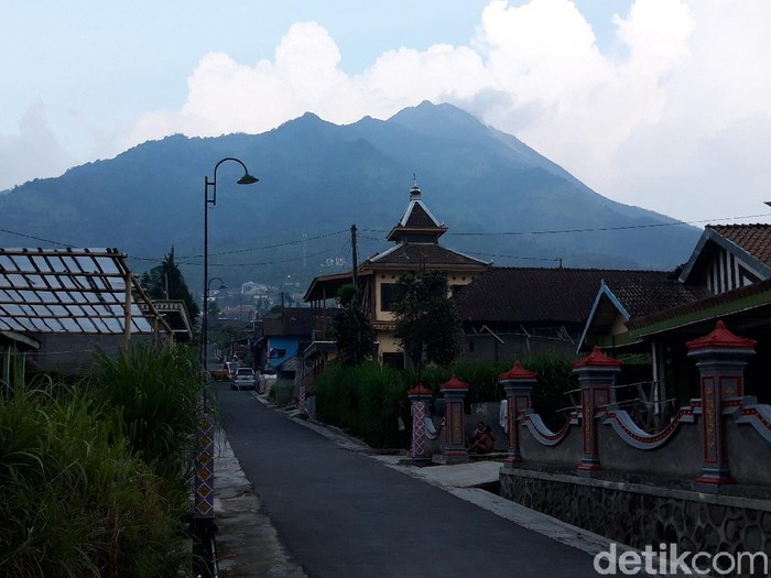 Gunung Merapi dilihat dari Desa Lencoh, Kecamatan Selo, Kabupaten Boyolali, Sabtu (13/6/2021).