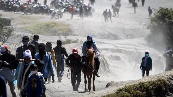Pemilik mengantarkan pengunjung berkuda di Gunung Bromo, Probolinggo, Jawa Timur, Minggu (13/6/2021).
