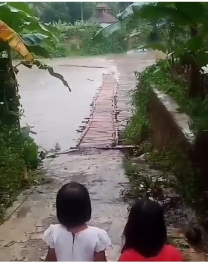 Jembatan bambu penghubung dua desa di Cianjur hanyut