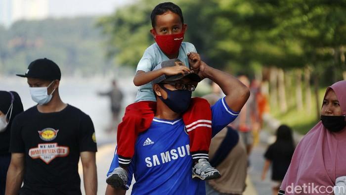 Kasus harian COVID-19 di DKI Jakarta meningkat. Meski demikian, sejumlah warga tetap memanfaatkan libur mengunjungi taman di kawasan Danau Sunter, Jakarta.