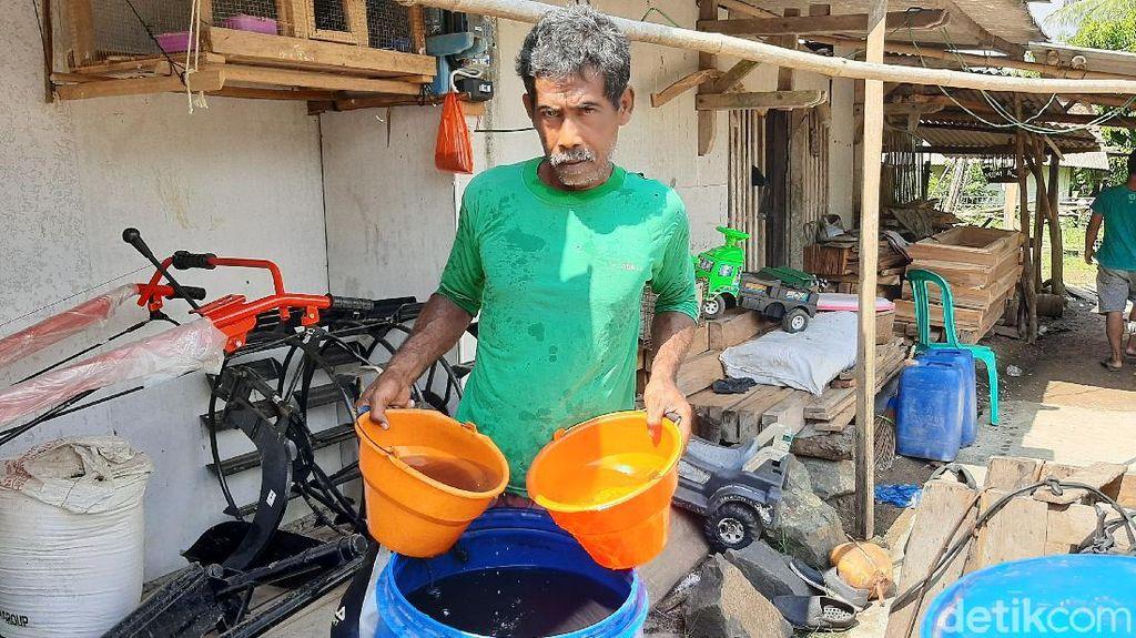Penampakan Air Sumur Hitam Akibat Kebakaran Tangki Pertamina Cilacap