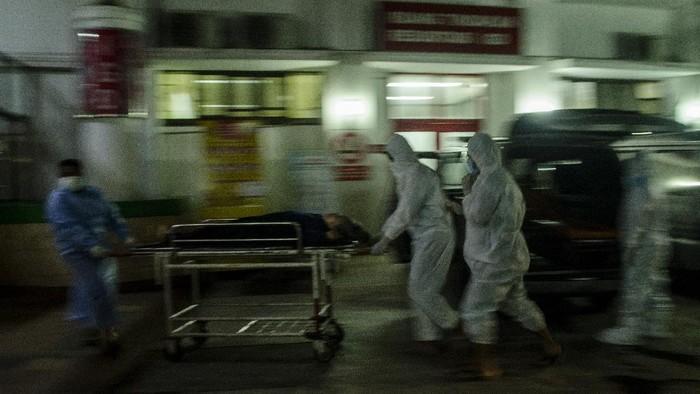 Gubernur Jawa Barat Ridwan Kamil (kiri) berdialog dengan Plt Direktur Pelayanan Medik Keperawatan dan Penunjang Rumah Sakit Dokter Hasan Sadikin (RSHS) Dr.Yana Muhammad Supriatna (kanan) saat meninjau di RSHS, Bandung, Jawa Barat, Sabtu (12/6/2021) malam. Ridwan Kamil menyatakan tingkat keterisian tempat tidur atau Bed Occupancy Rate (BOR) di seluruh Jawa Barat masih dalam tahap terkendali meski mengalami peningkatan mencapai 68 persen dampak arus mudik dan libur Lebaran. ANTARA FOTO/Novrian Arbi/rwa.