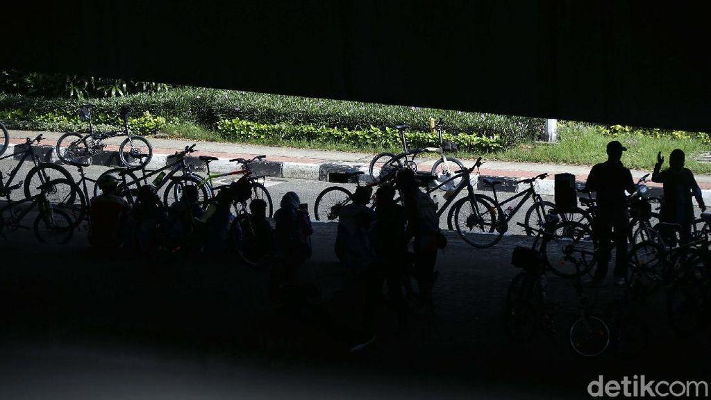 Kolong Jembatan Layang Tol Wiyoto Wiyono, Jadi Pilihan Warga Bersepeda