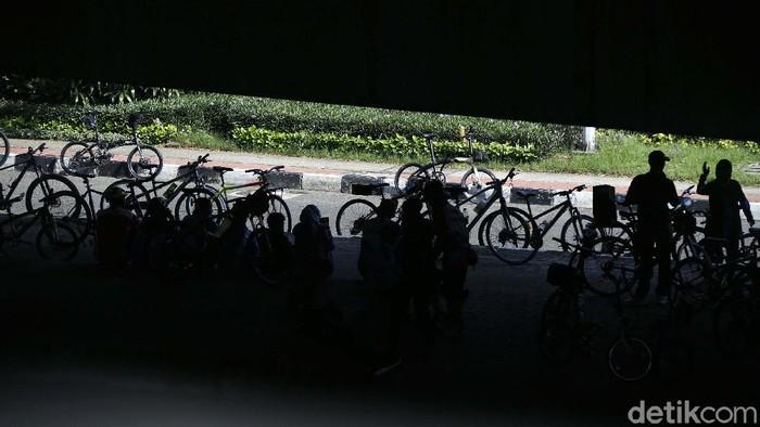 Rambu jalur khusus Road Bike di JLNT Casablanca dicopot. Sebagian pesepeda kini beralih bersepeda di sepanjang kolong jembatan layang Tol Wiyoto Wiyono Jakarta.