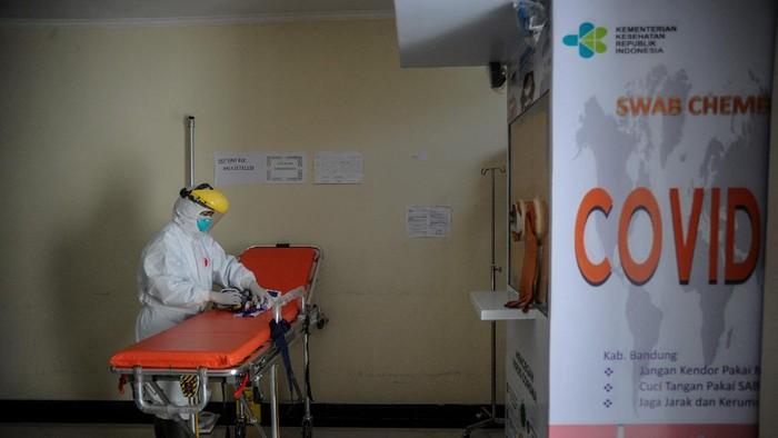 Tenaga kesehatan memimpin senam kebugaran untuk pasien COVID-19 yang sedang menjalani isolasi di Gedung BLK, Manggahang, Kabupaten Bandung, Jawa Barat, Minggu (13/6/2021). Data pusat informasi COVID-19 Kabupaten Bandung mencatat, per 12 Juni 2021 total kasus terkonfirmasi sebanyak 15.652 kasus dengan kasus rawat sebanyak 1.517 kasus, 13.870 terkonfirmasi sembuh dan 265 terkonfirmasi meninggal. ANTARA FOTO/Raisan Al Farisi/aww.