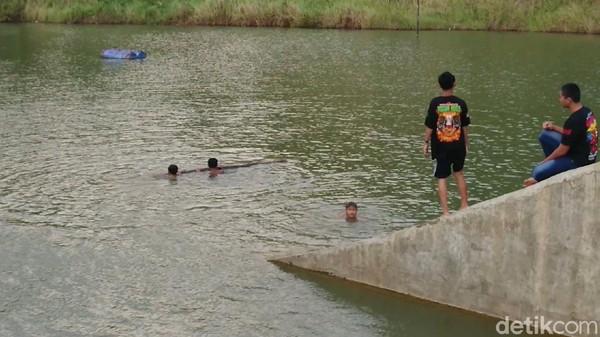 Anak-anak setempat sering bermain air di sini. Mereka berenang dengan riang gembira. Pemerintah desa mengaku akan berusaha mengembangkan kawasan wisata rintisan ini dengan berbagai fasilitas menarik.
