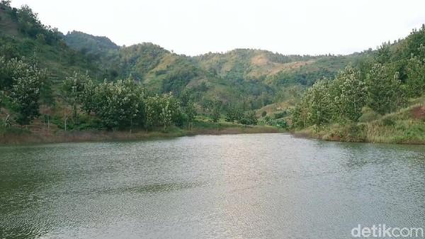 Inilah Embung Sidem yang berada lereng perbukitan Desa Sidem, Kecamatan Gondang, Kabupaten Tulungagung. Lokasinya 18 kilometer dari pusat kota Tulungagung. Bendungan kecil ini memiliki panorama yang indah.