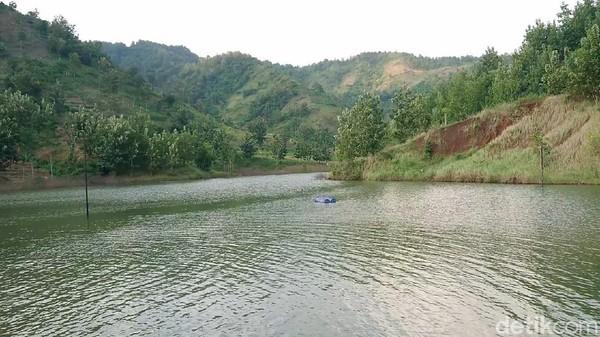 Di destinasi ini, pengunjung dapat bersantai sambil menikmati hamparan danau buatan yang indah. Meskipun berada di pelosok desa, embung Sidem dapat dijangkau dengan mudah oleh sepeda motor maupun mobil.
