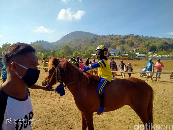 Menurut para pemilik kuda, para joki cilik biasanya dilatih mulai dari umur 6 sampai 10 tahun. Mereka biasanya duduk dari kelas 5 sekolah dasar.
