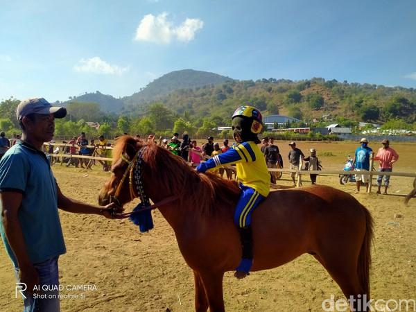 Selain dilombakan di Bima, kuda-kuda mereka pun diikutkan pada pacuan kuda event-event tertentu di daerah lain seperti Dompu dan Sumbawa.