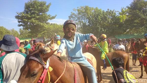 Pacuan Kuda merupakan budaya masyarakat Mbojo dan Dompu di Nusa Tenggara Barat (NTB). Uniknya atau yang membuat beda dengan pacuan kuda lain yakni tradisi ini melibatkan anak-anak belia untuk menunggangi kuda atau yang disebut dengan Joki Kuda.