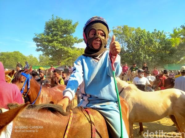 Berbicara tentang Bima atau yang dikenal dengan sebutan Mbojo, pasti akan terlintas pacuan kuda dengan joki ciliknya. Budaya ini begitu khas.