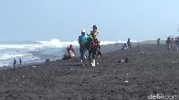 Alternatif Wisata Lumajang, Berkuda-Kulineran di Pantai Watu Pecak