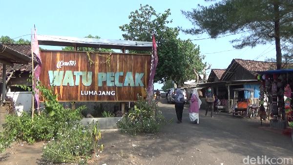Pantai Watu Pecak merupakan salah satu destinasi wisata unggulan di Kabupaten Lumajang.