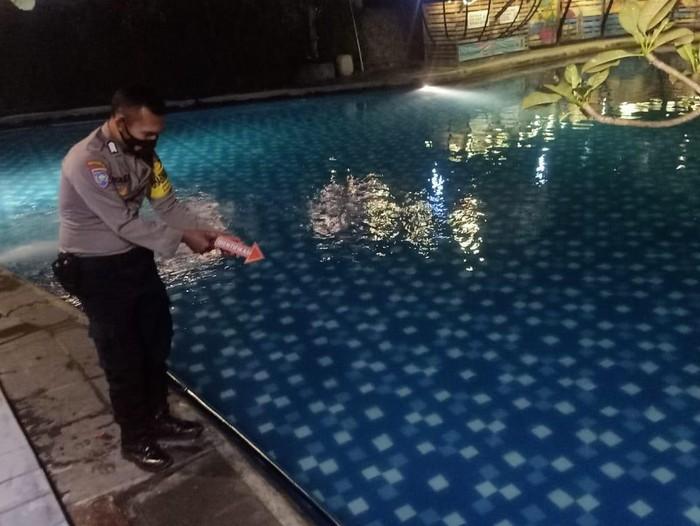 pasutri asal Nganjuk harus kehilangan putra keduanya akibat tenggelam di kolam renang.