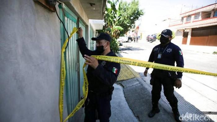 Polisi memasang garis polisi di kediaman pelaku pembunuh berantai di Meksiko