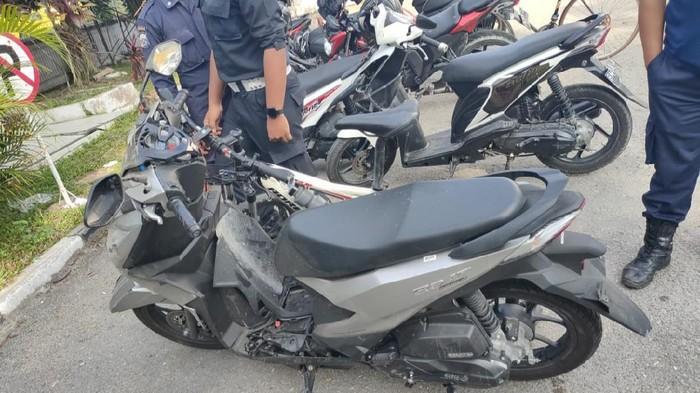 Polisi saat melakukan olah TKP di lokasi kecelakaan mobil seruduk motor, sepeda dan pejalan kaki.