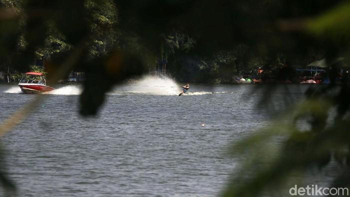 Pandemi COVID-19 tidak menyurutkan warga bermain olahraga ski air. Seperti terlihat di Danau Sunter, Jakarta, ini, Minggu (13/06/2021).