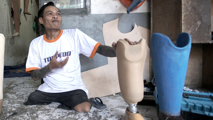 Sosok Indra Sumedi difabel yang meembuat usaha kaki palsu