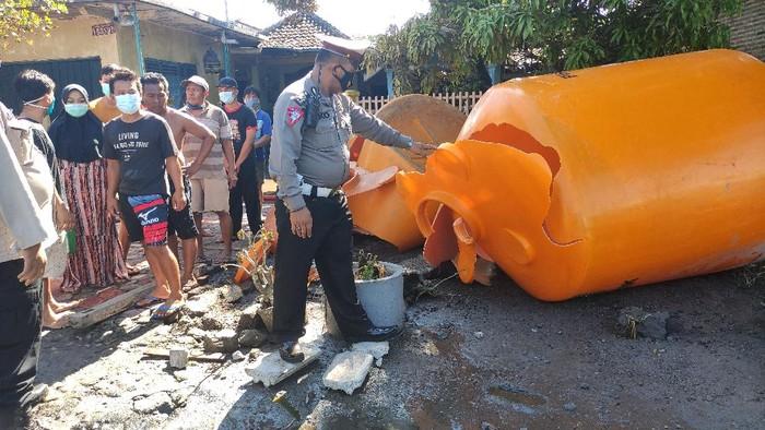 truk muat dua tangki isi HCL terguling di Dusun Bibis, Desa Keret, Kecamatan Krembung Sidoarjo