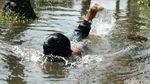 Turap Longsor, Bocil Ini Senang Banget Berenang di Jalan
