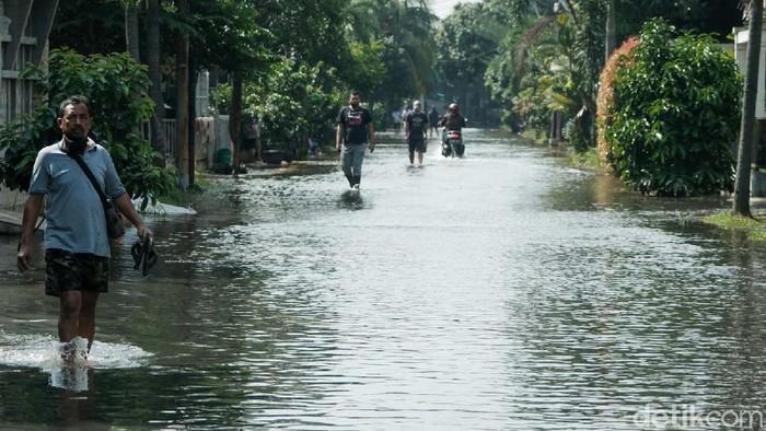 Kompleks Nerada Estate terdampak turap longsor di Ciputat, Tangerang Selatan. Bocah-bocah ini justru berenang di selokan dan jalanan perumahan.
