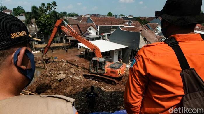 Turap di perumahan Griya Satwika Telkom Pisangan, Ciputat, Tangsel, longsor pada Jumat (11/6/2021) lalu. Kini kondisi turap mulai diperbaiki.