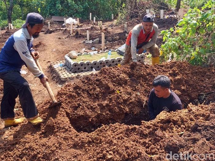 Kasus COVID-19 di Kota Bandung melonjak. Di TPU Cikadut, Kota Bandung, sebanyak 130 jenazah COVID-19 dimakamkan dalam dua pekan terakhir.