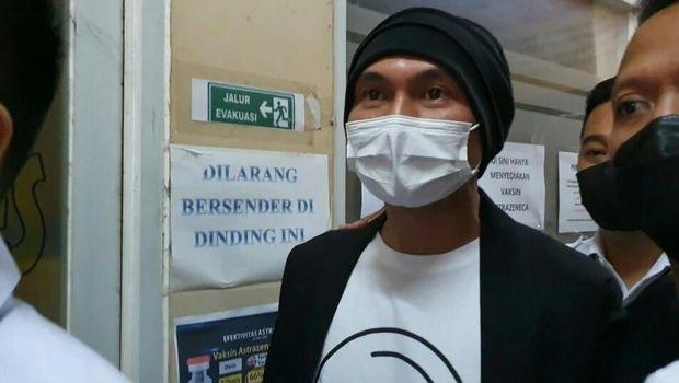 Anji diperiksa kesehatan di Polres Metro Jakarta Barat