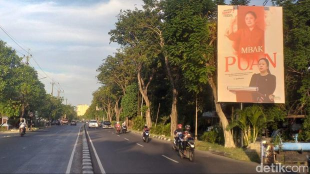 Baliho Puan Maharani bertuliskan 'Mbak Puan' berukuran besar banyak bertebaran di Jawa Timur. Lalu siapa pemasangnya?