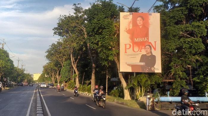 Baliho Puan Maharani bertuliskan Mbak Puan berukuran besar bertebaran di Jawa Timur. Tak terkecuali di Kota Pahlawan.