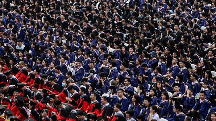 Universitas di Wuhan, China, gelar wisuda yang dihadiri ribuan wisudawan pada akhir pekan lalu. Para wisudawan merayakan kelulusan mereka tanpa gunakan masker.