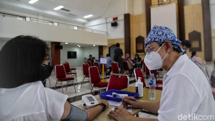 Upaya mempercepat vaksinasi oleh pemerintah terus digalakkan. Warga Kelapa Gading terlihat sangat antusias.