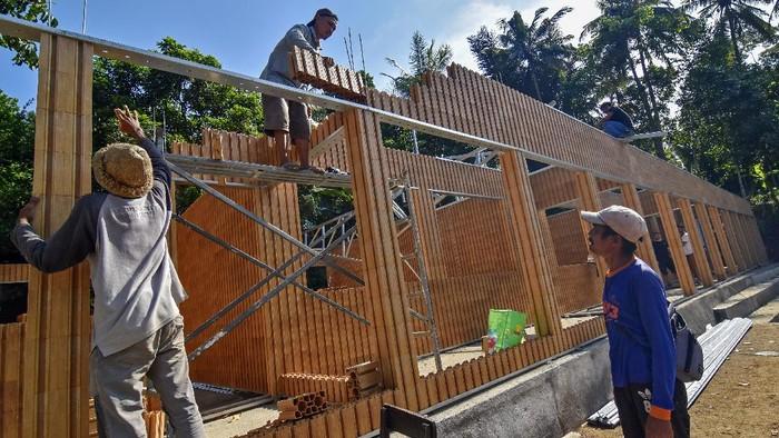 Pembangunan sekolah di Lombok Barat, NTB, ini memanfaatkan bata plastik daur ulang. Selain ramah lingkungan, bangunan sekolah itu juga tahan gempa.