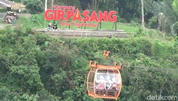 Naik gondola di Dusun Gir Pasang