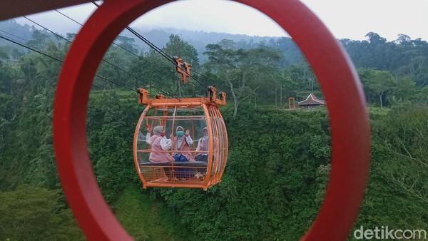 Gondola wisata menuju dusun Gir Pasang ini dicat orange sehingga menarik dan fotogenik. Gondola dilengkapi dua kursi dengan maksimal empat penumpang. Dari stasiun gondola di Dusun Ngringin sampai Gir Pasang dibutuhkan waktu 10 menit yang bikin deg-degan.