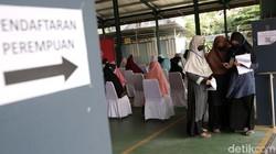 Vaksinasi massal terus dilakukan di Jakarta. Kali ini ratusan santri dan warga Lembaga Dakwah Islam Indonesia mendapat suntikan vaksin COVID-19.