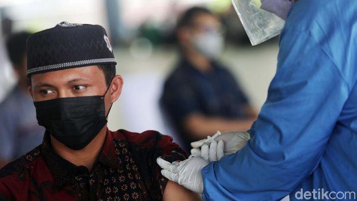 Vaksinasi massal terus dilakukan di Jakarta. Kali ini ratusan santri dan warga Lembaga Dakwan Islam Indonesia mendapat suntikan vaksin COVID-19.