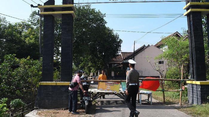 Akses di Desa Bantengan, Kabupaten Madiun, dibatasi usai muncul klaster hajatan di kawasan itu. Imbas klaster hajatan puluhan warga dinyatakan positif COVID-19.