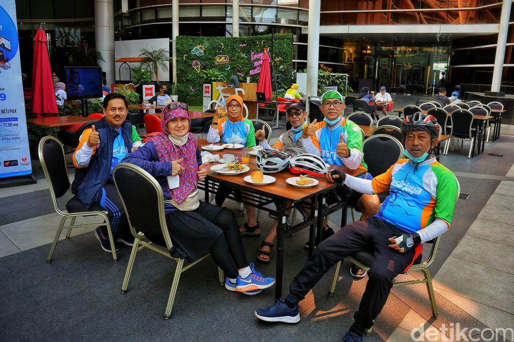 Komunitas Pasir Jaya Bandung saat sarapan di Ibis Hotel, Bandung. Komunitas ini setiap weekend melakukan olahraga sepedahan.