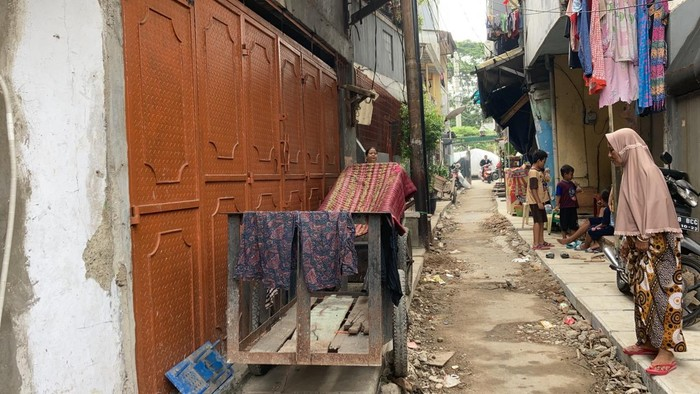 Got yang semula halangi pintu rumah warga telah dipangkas ketinggiannya, proyek di Jembatan Besi, Tambora, Jakbar ini berlanjut. 14 Juni 2021. (Annisa Rizky Fadhila/detikcom)