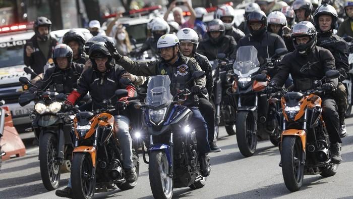 Presiden Brasil Jair Bolsonaro kembali menjadi sorotan. Ia didenda karena tak pakai masker saat ikut serta dalam rally sepeda motor bersama para pendukungnya.
