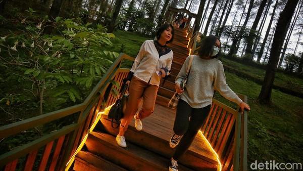 Status siaga satu COVID-19 itu berujung pada penutupan objek wisata di Kabupaten Bandung Barat dan Kabupaten Bandung yang keduanya masuk ke zona merah atau daerah dengan risiko tinggi penyebaran COVID-19. Jadi wisatanya tunda nanti dulu ya detikers.