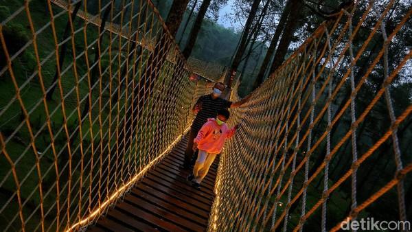 Jembatan sepanjang 50 meter ini terbuat dari kayu dan tali tambang berwarna putih.