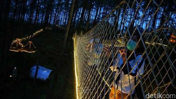 Untuk menikmati sensasi berjalan di jembatan yang bergoyang ini, wisatawan harus membayar sebesar Rp 20.000.