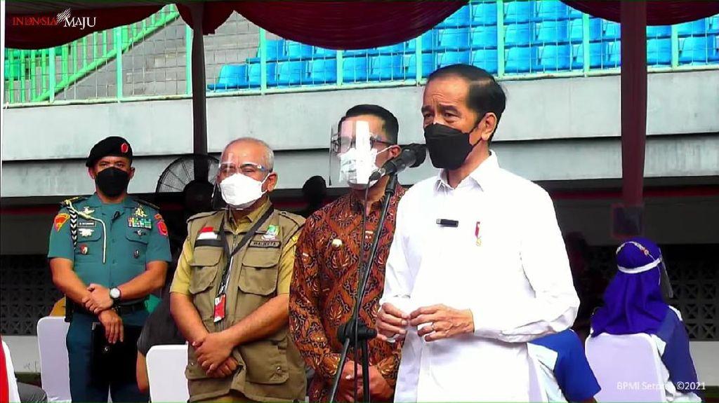 Bareng Ridwan Kamil, Jokowi Cek Vaksinasi Corona di Stadion Patriot Bekasi