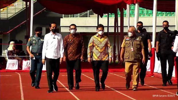Jokowi Tinjau Vaksinasi di Stadion Patriot Bekasi